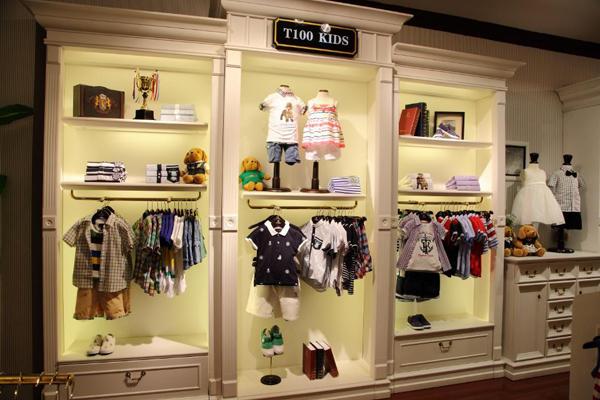 T100童装加盟优势: 1、T100是广州市缔造亿百儿童用品有限公司旗下童装品牌,广东省名牌产品,创立于2003年,经过10年的创新发展,T100已成为中国童装行业具有影响力的品牌之一,获评中国市场畅销品牌、中国首创时尚亲子装、中国童装十大影响力品牌、 2011-2012中国市场畅销童装品牌、影响中国2012年度十大时尚服装品牌 、2012年度中国纺织服装行.