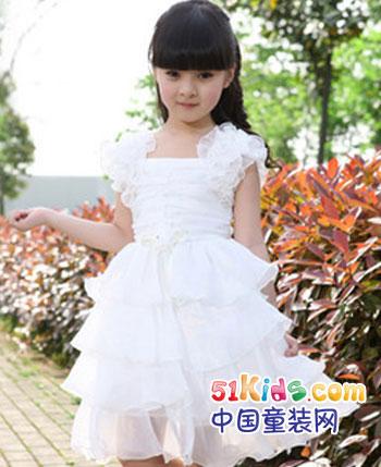 可爱调皮,受人瞩目的小公主,穿着一身洁白的连衣裙,缓缓的从梦幻中