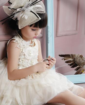 可爱的天使了,简单舒适的剪裁,灵动的头纱,再加上天使般的笑容会令