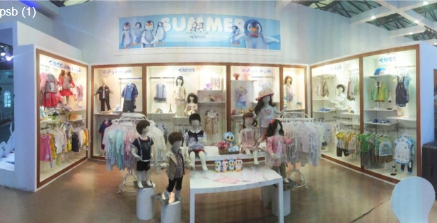 """BABY PENGUIN""品牌秉承欧式经典时尚,由法国企鹅仔仔婴童服饰集团有限公司授权,其总部设在童装服饰之都广州佛山市,正致力打造(0-3)岁外出服、内衣、用品全球化高端时尚婴童品牌。   ""BABY PENGUIN""所有产品均提倡""环保、高贵、典雅、时尚""的设计理念,不仅款式时尚新颖、高贵优雅,并且融合了顶尖专业设计师团队的智慧和经验,遵循人体工学、生理学、新纤维面料的运用,倾情奉献与众不同的欧式关怀,让最好最高品质产品如天使般呵护"