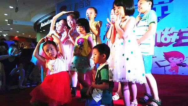 卓维乐童装时尚潮童t台秀陪伴孩子欢乐过六一图片