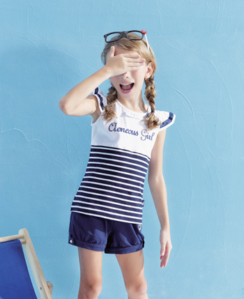身穿小毛虫童装品牌童装去看海