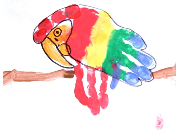 这就完成了一副可爱的手掌画鹦鹉了.