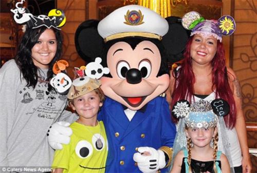 女子迷恋迪士尼乐园 每年花2万美元买迪士尼卡通产品
