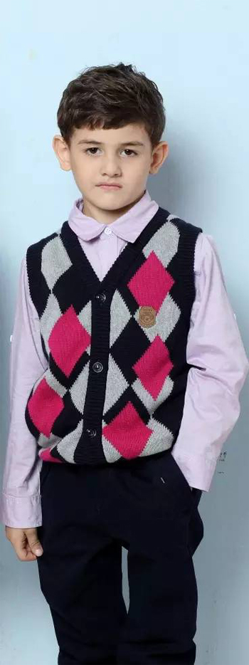 简单的衬衫款式,方便穿着,搭配菱形格编织开衫背心毛衣设计,是孩子们上学的首选产品。经典学院风十足,搭配深蓝色裤子穿着,大方帅气又耐脏。