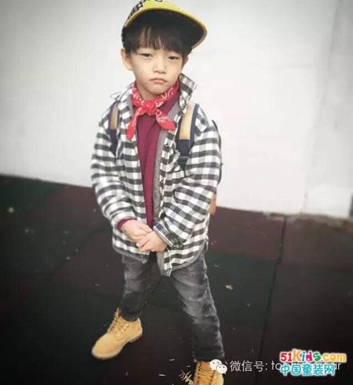 小男孩拍照都喜欢摆出可爱的凹照型,一件简约的小熊图案卫衣简单大方.