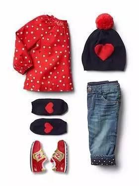 鲜艳的草莓帽和温暖而可爱的宝宝服让小公举摇身一变