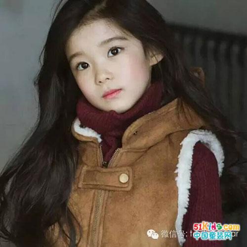 来自韩国的8岁小美妞从小就是时尚童模,留着一把飘逸长发的她,甜甜的