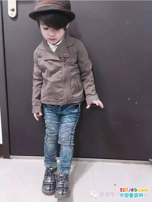 深卡其的夹克外套搭配牛仔长裤