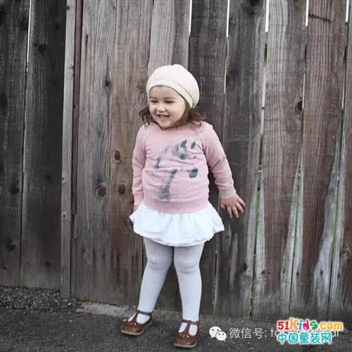 可爱迷你小白裙非常适合2岁的小女孩哦!