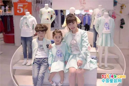 小明星の亲子时光:时髦又温馨的亲子装这样穿出街时尚感爆棚