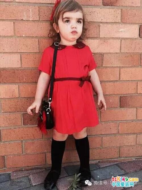 看起来就喜气十足的小红裙搭配黑色中筒袜,经典的色调搭配对比鲜明