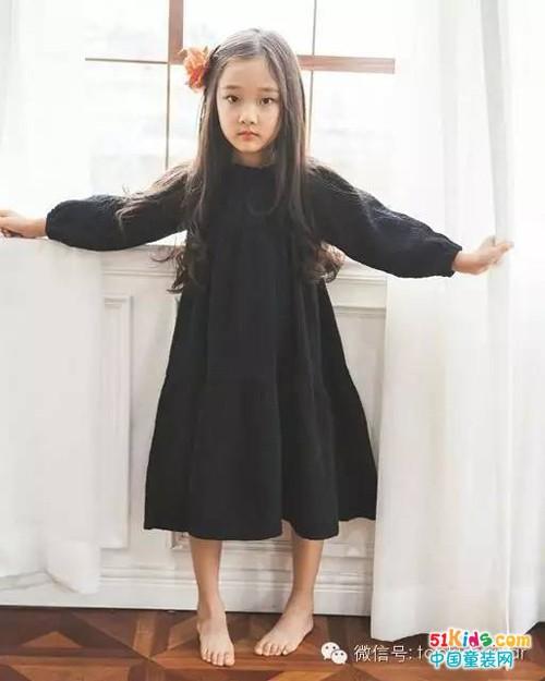 酷酷的宽松小黑裙衬出小女孩的个性和随性.