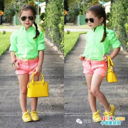 翠绿色衬衫搭配橘红色短裤