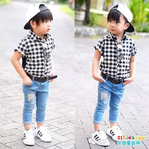 可爱又呆萌的小男孩,格子衬衫搭配牛仔裤