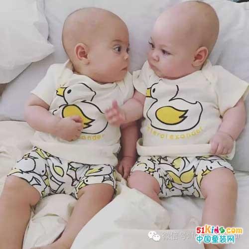 小北鼻双胞胎秀出萌娃时尚