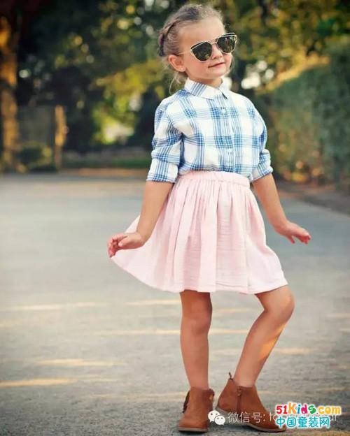 格子衬衫搭配小半裙,带出活泼甜美的气息