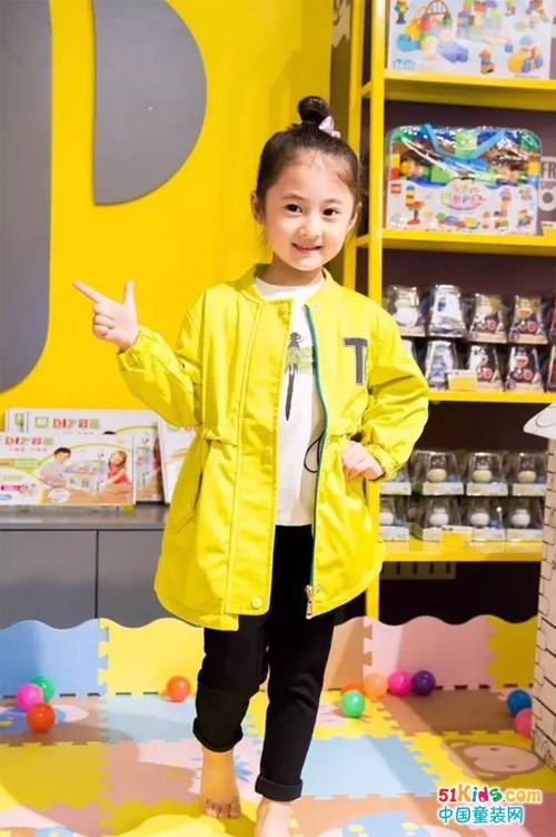 贝贝依依:最美的不是下雨天,是曾与小明星穿过同款的外套~