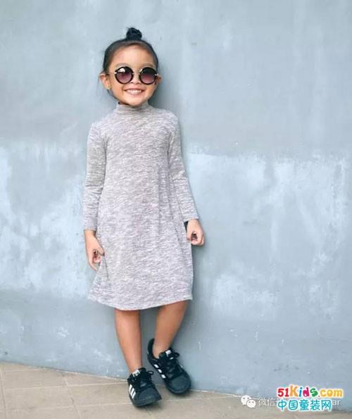 织裙装搭配运动鞋