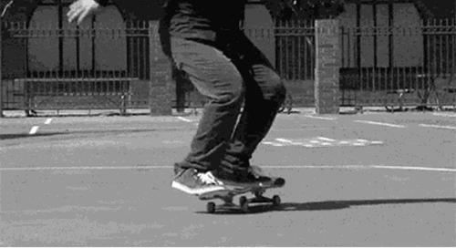 BLACK & WHITE | 看!那个玩滑板的酷小孩~