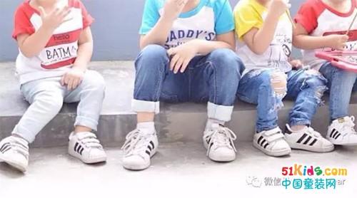 迷你版adidas在这里,谁更有型就看脚上的鞋子了!