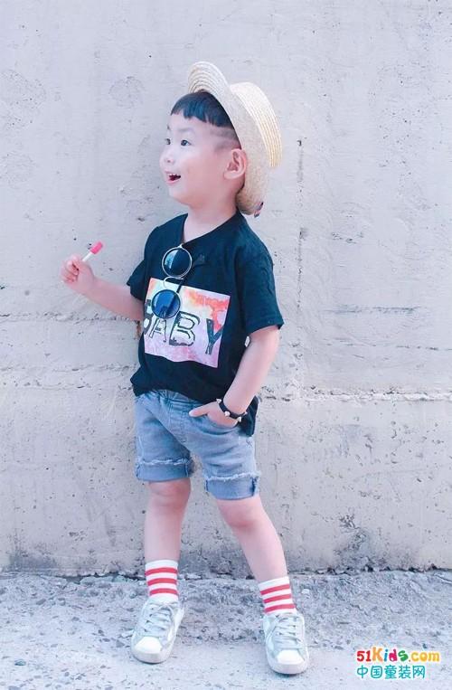 留着可爱西瓜头的3岁小帅哥,单眼皮也能时尚范
