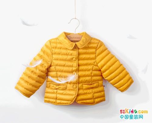 天冷了,宝宝需要一件轻羽绒的暖暖呵护