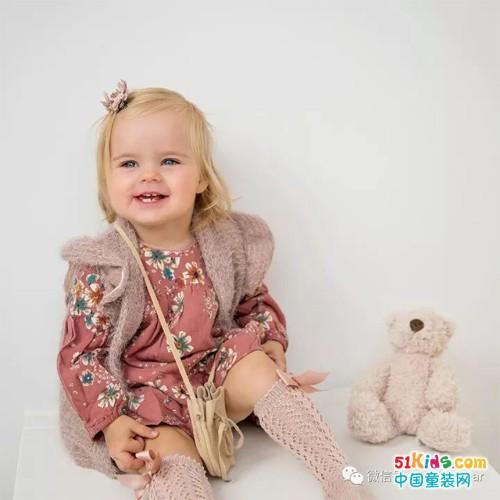 机灵可爱会穿搭,2岁萌妞谱写潮娃时尚!