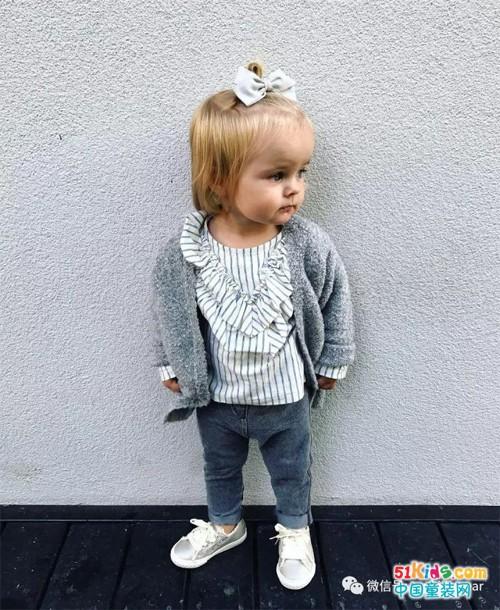 对于小孩子来说,针织开衫易穿易脱,同时也非常适合秋冬季节穿搭,百搭
