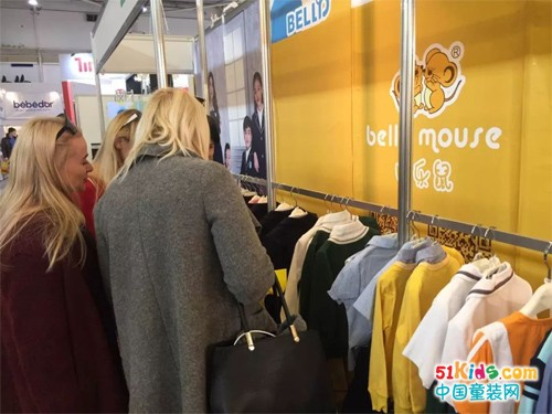 贝乐鼠品牌校服在乌克兰国际展览上深受外国市民喜爱