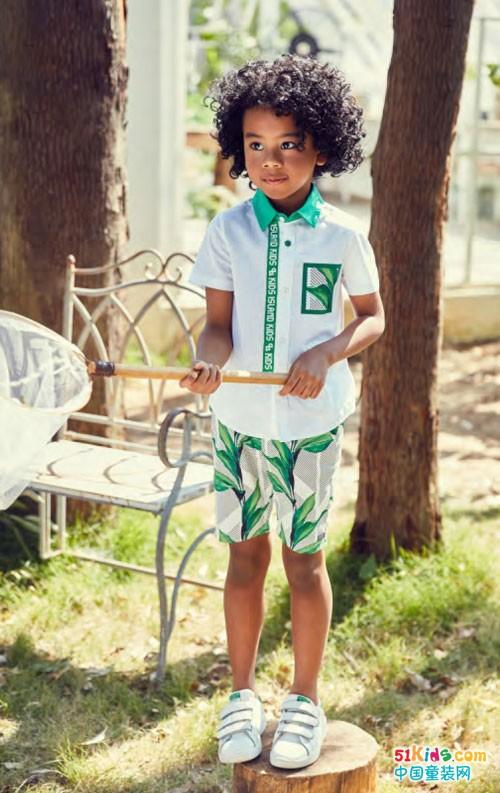 将孩子们天真活泼可爱的性格特点与童装健康,自然时尚,朴素唯美的设计