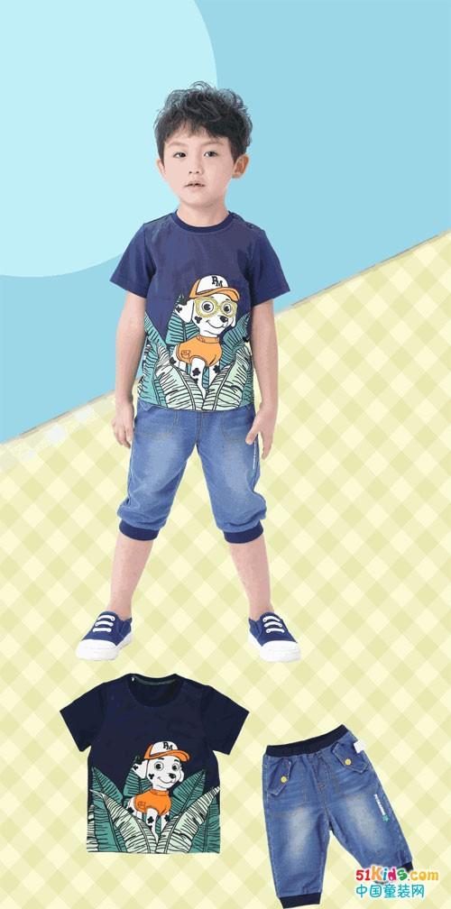 圆领T恤,可爱小男生夏日必备 童趣小狗印花图案释放活力缤纷 配上针织牛仔七分裤,穿着舒适透气 拉上小伙伴,一起去逛逛奇趣大自然