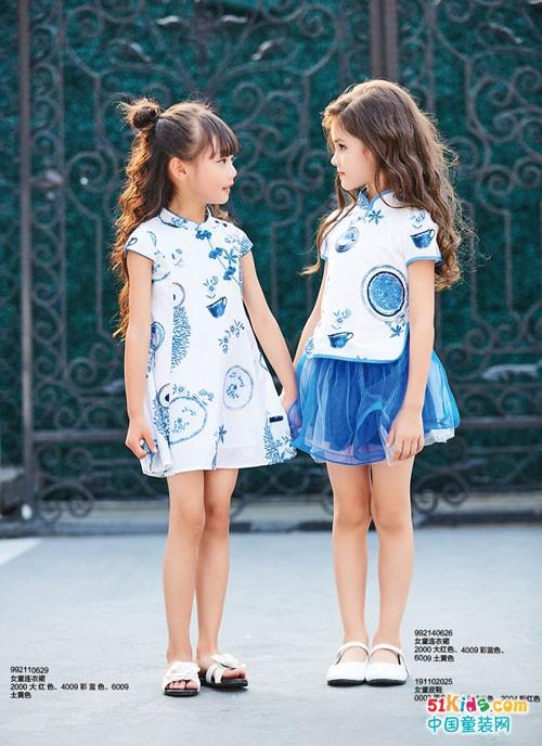 活泼可爱的性格,女生的一袭青花色套装,廓版的裤裙,美观舒适,小男生的
