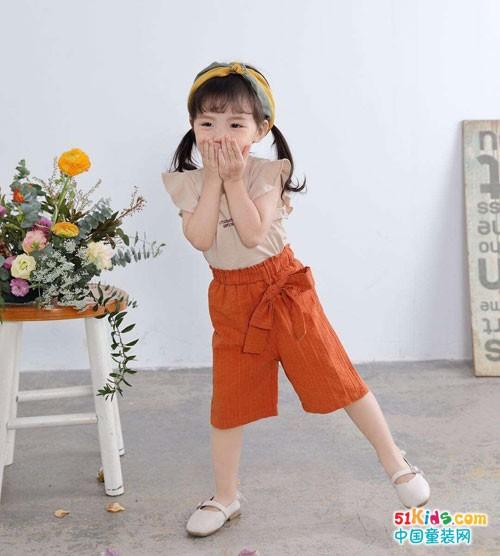可爱萌趣的宝宝来了 穿的是欧米源童装