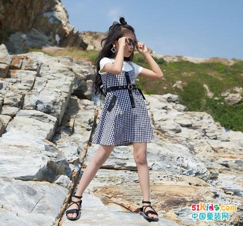 暑假里,穿上拉斐贝贝童装旅游去