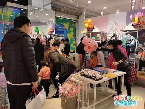 如何开好童装店?快乐精灵童装生产厂家全程扶持让你更易上手