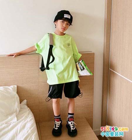 看小神童男童T恤 这样穿搭时尚又潮流!