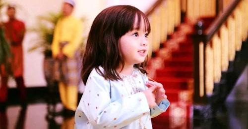 """时尚小宠儿,奶气凶凶9岁马来西亚公主""""厌世脸""""爆红国际,娘胎自带奶凶气质:别惹公主不高兴"""