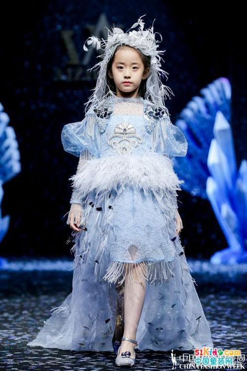 中国国际时装周2021春夏AIZILINLIN·张雯大秀 童星中国阿布压轴