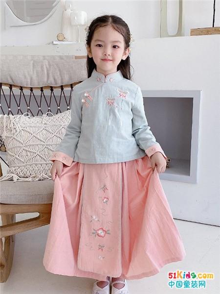 为什么许多小朋友喜欢国风服饰?选择今兮古兮童装加盟怎么样?