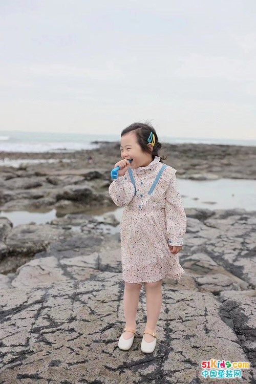 浅色系童装怎么搭配好看?碎花裙和格子裙哪款更能提升气场?