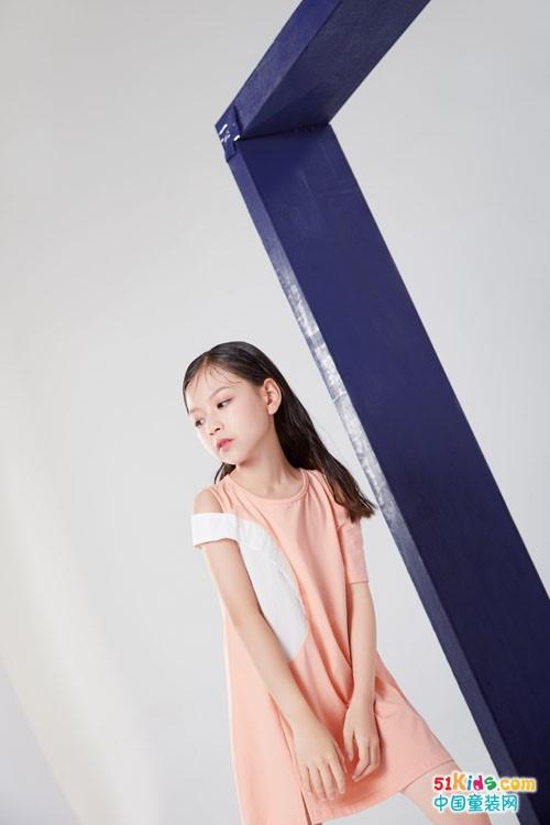 立秋后小女孩怎么搭配比较潮?纯色系的裙子配什么图案更好看?