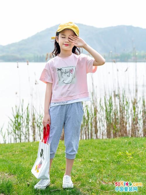 今年流行哪些比较休闲的女童搭配?粉色T恤衫怎么搭更可爱?