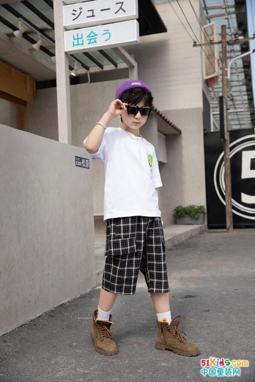 不可比喻少年装潮流风格,简约T恤搭配扩版裤,小伙伴帅呆了