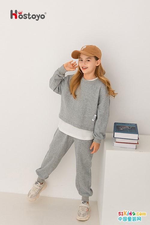 今年流行哪些款式的秋季运动装?灰色运动裤与什么上衣搭配最潮?