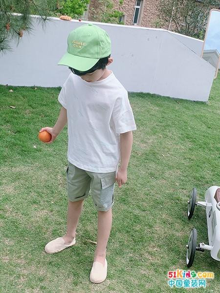 个性内敛的男孩穿啥好看?同样的短T配短裤如何穿出不同感觉?
