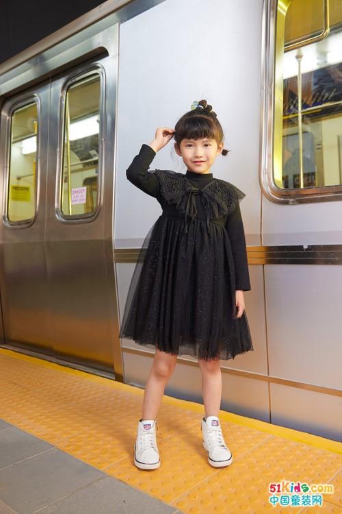有没有显瘦的女童秋装搭配?如何把黑裙子穿出甜美风格?