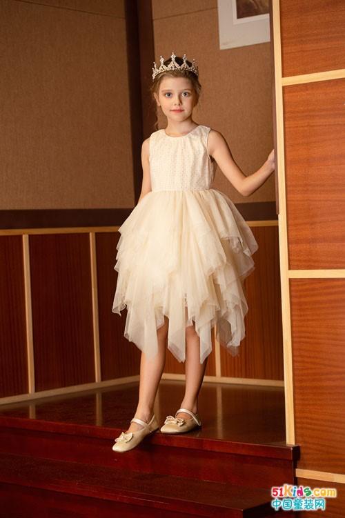 聚会或演出选什么样的裙子最闪靓?天鹅裙适合什么类型的女孩穿?
