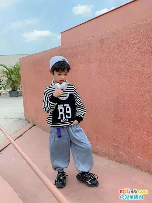 街头风和绅士范儿哪种更适合男孩穿?条纹小衫和什么搭配最出彩?