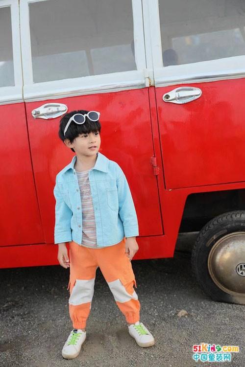今年流行哪几种的裤子?橘黄色长裤是否适合男孩子穿?
